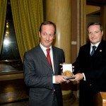 Bernard Millet riceve il Premio Galeno per l'innovazione del farmaco dalle mani del prof. Giorgio Racagni